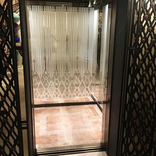 Cabine d\'ascenseur Verre dépoli argenté avec incision et gravure à la roue ARIZIO MIROIR DECO