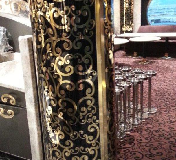 Habillage poteau en verre bombé avec film noir et décor doré ARIZIO MIROIR DECO