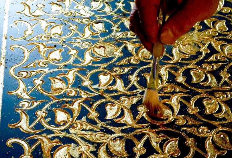 Application de feuille d\'or sur miroir avec motif sablé ARIZIO MIROIR DECO